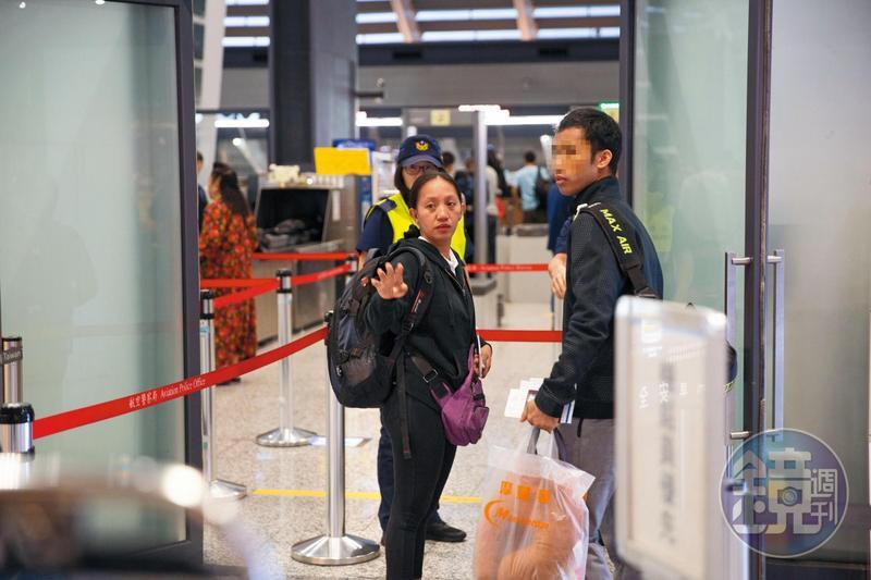 9月18日清晨,家屬與男友(右)隨遺體返回菲律賓。