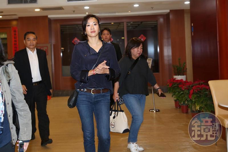 吳欣盈身穿深藍色罩衫、牛仔褲,搭配短靴,出席台灣民眾黨不分區立委見面會。