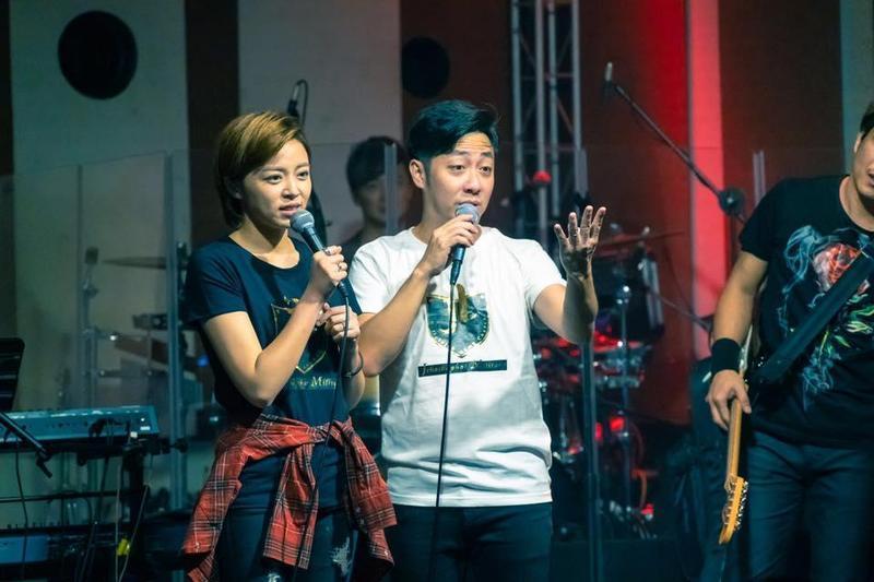 王瞳消失於與艾成等人組成的87樂團商演,年終少賺50萬。(摘自87樂團臉書)