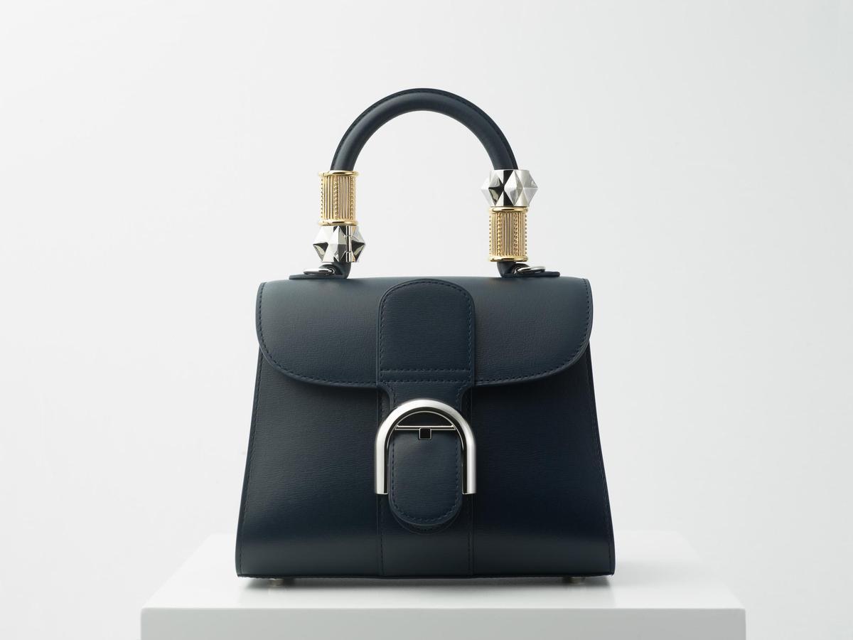 DELVAUX為經典Brillant包款設計一系列金屬佩飾扣環WondeRings,可以隨著不同節日進行搭配和互換。(美之心提供)
