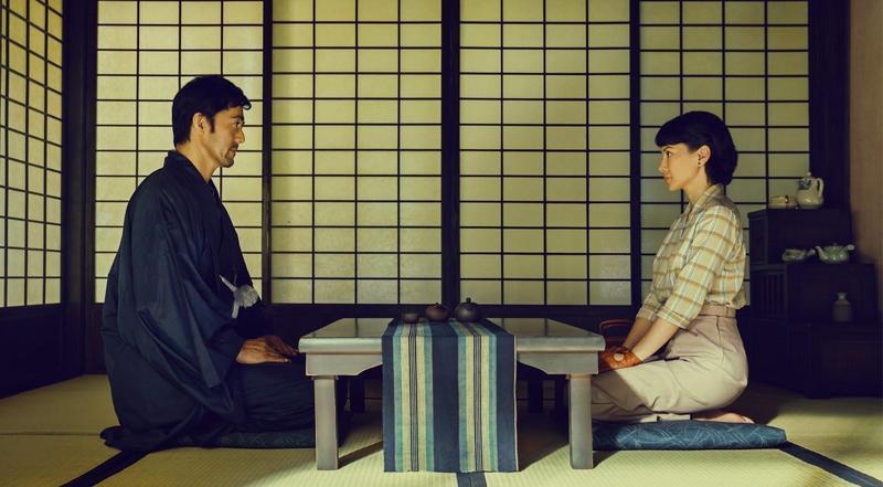 李心潔(右)在片中飾演歷經戰爭傷痛的女子與日本園林師阿部寬(左)展開一段跨國禁忌之戀。(甲上提供)