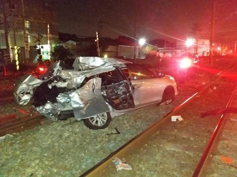 22日晚間發生自強號撞上汽車的事故,台鐵第一時間貼文疑指責駕駛「搶快」。(翻攝台鐵臉書)