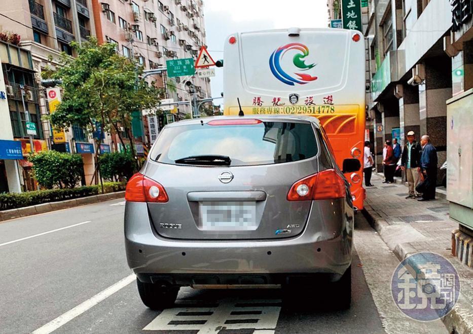 柯志恩明明有私人司機及房車(圖),一早勤跑基層拉票,卻仍派用立法院公務車惹議。(讀者提供)