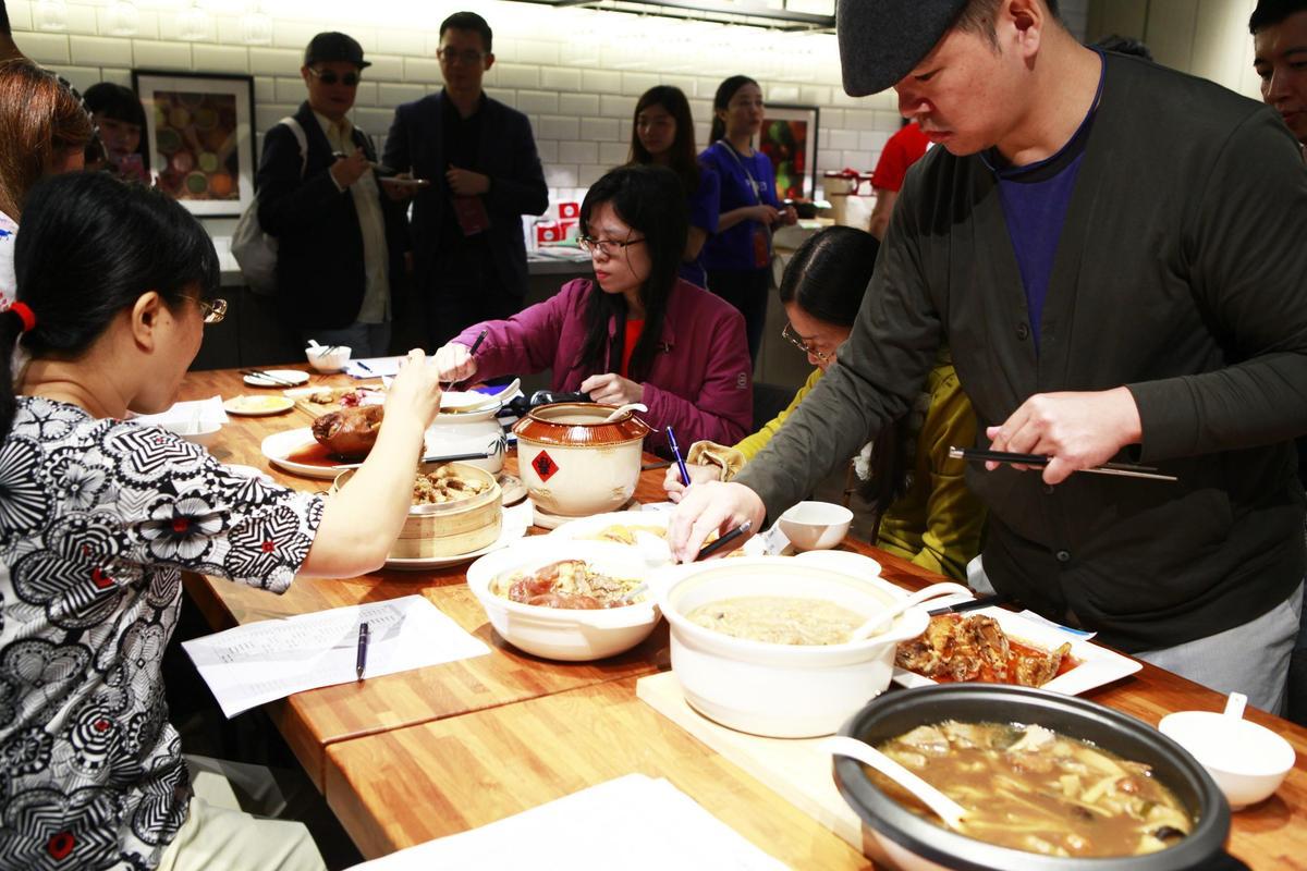 部落客們謹慎評比年菜,用心程度不輸美食家