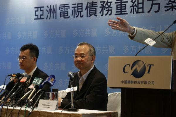 香港上市公司「中國創新投資」遭爆是中共間諜活動的前線,該公司董事長向心(中)夫婦今由桃園返港時遭移民署留置。(翻攝自網路)