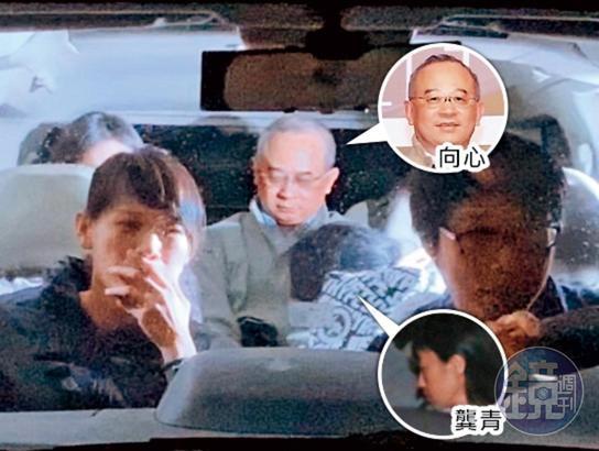 遭控是香港最大間諜組織的「中國創新投資」董事長向心(後座中)及妻子龔青(後座右),晚間經調查局國安站移送北檢複訊。