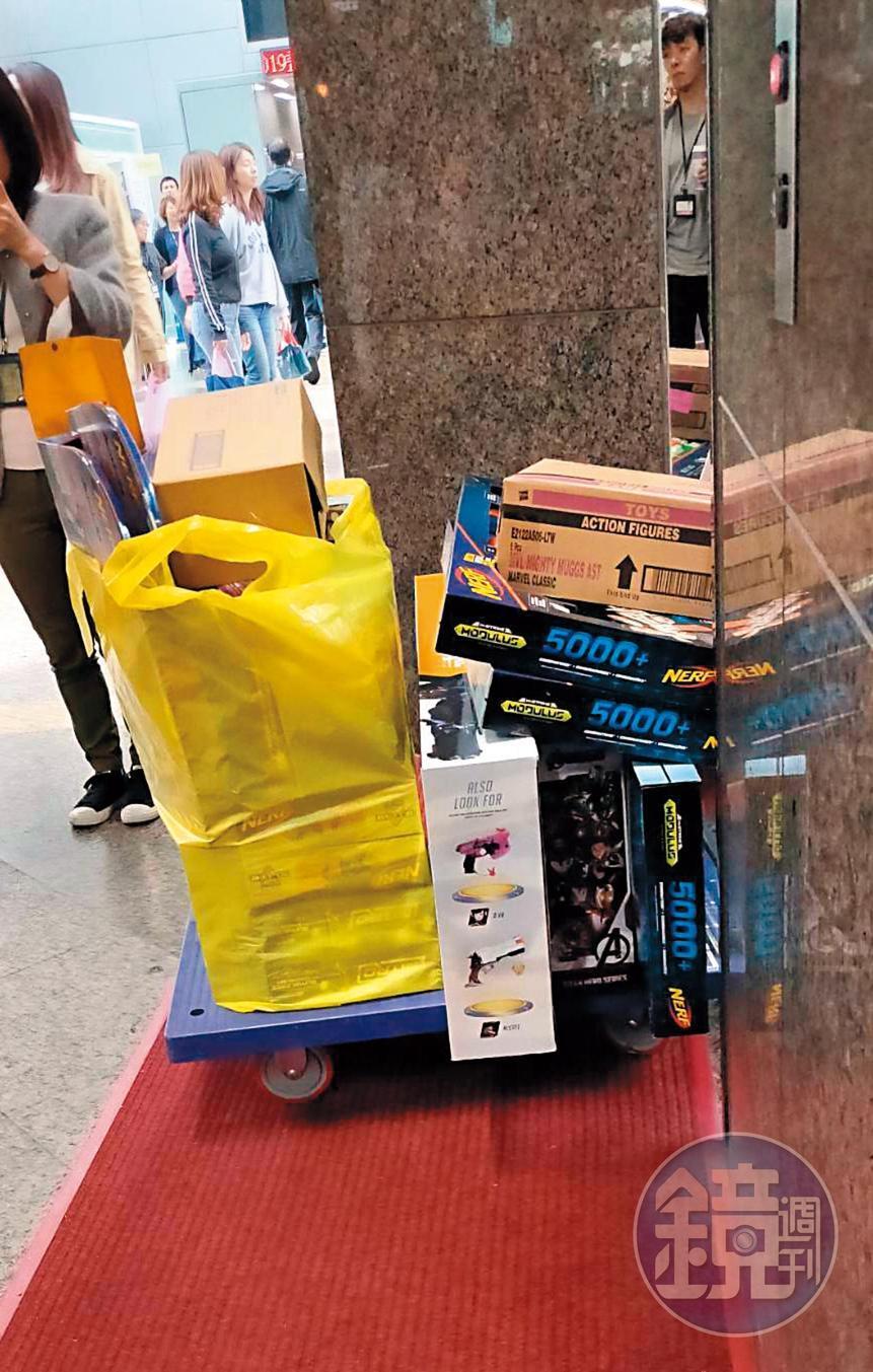 雖然趙元同做生意都不太成功,但還是買了一大堆玩具,只是不知給誰的小孩。