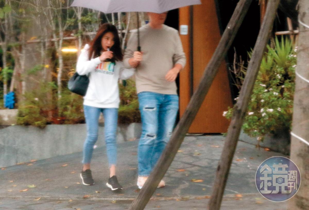 14:34 林以婕勾著趙元同的手去牽車,狀似親密,可見他們對彼此的肢體非常熟悉。
