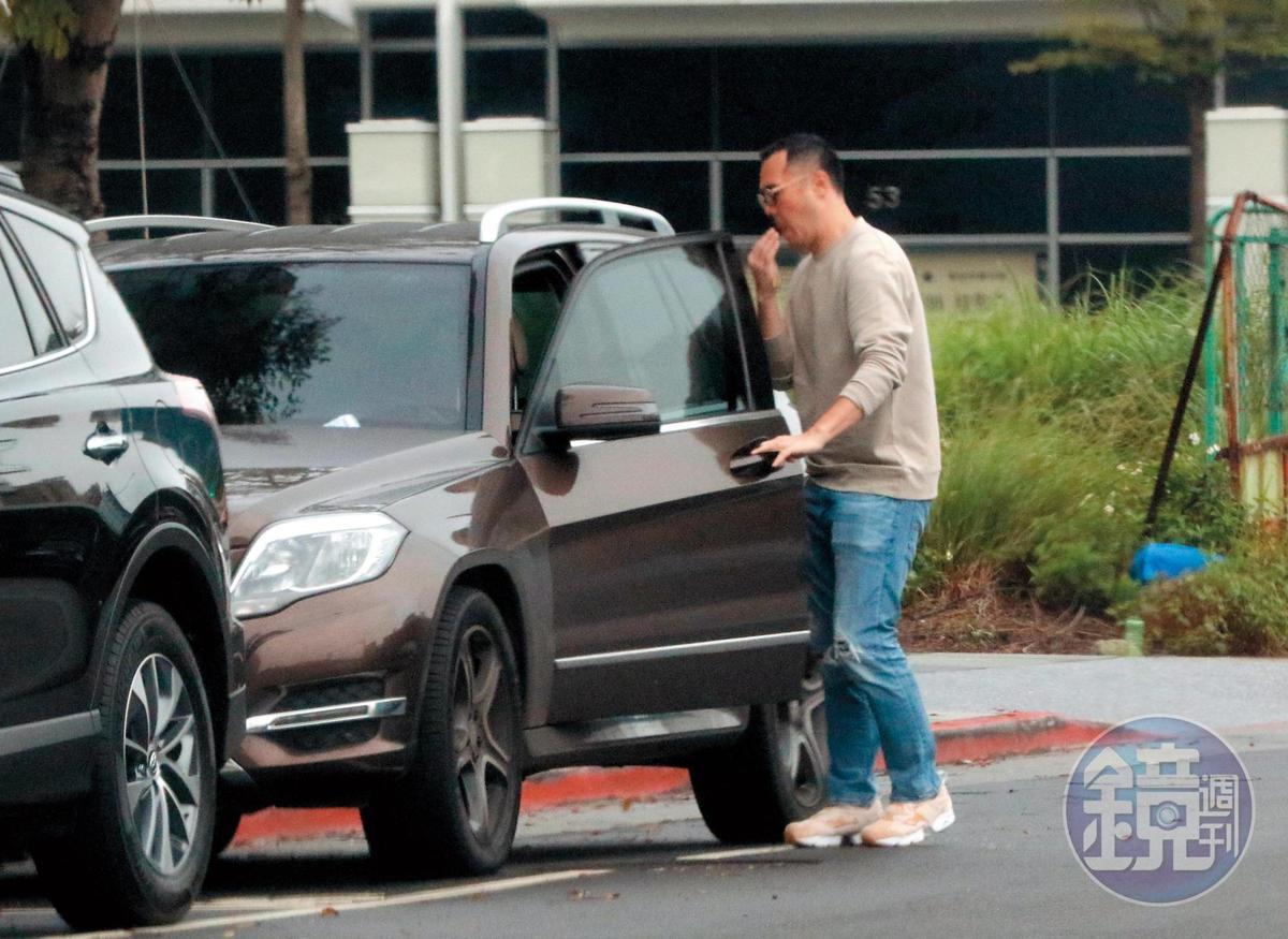 14:36 趙元同開車門準備去林以婕家,臨上車做了一個很像吐口香糖渣的奇怪舉動。