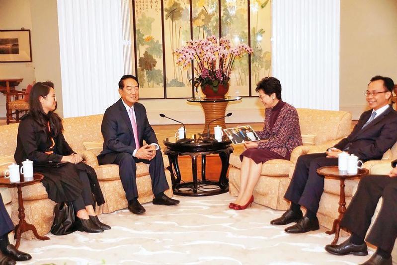 率團訪問香港時,宋楚瑜(左2)曾與香港特首林鄭月娥(右2)會面,宋當時稱2人是舊識。(翻攝親民黨官網)
