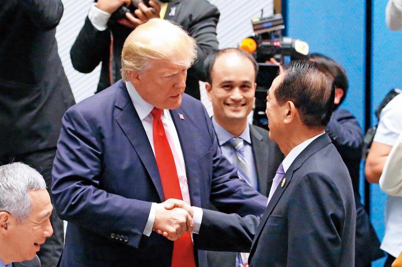 宋楚瑜(右)2017年11月代表我國出席APEC會議,與美國總統川普(左)握手致意。(中央社)