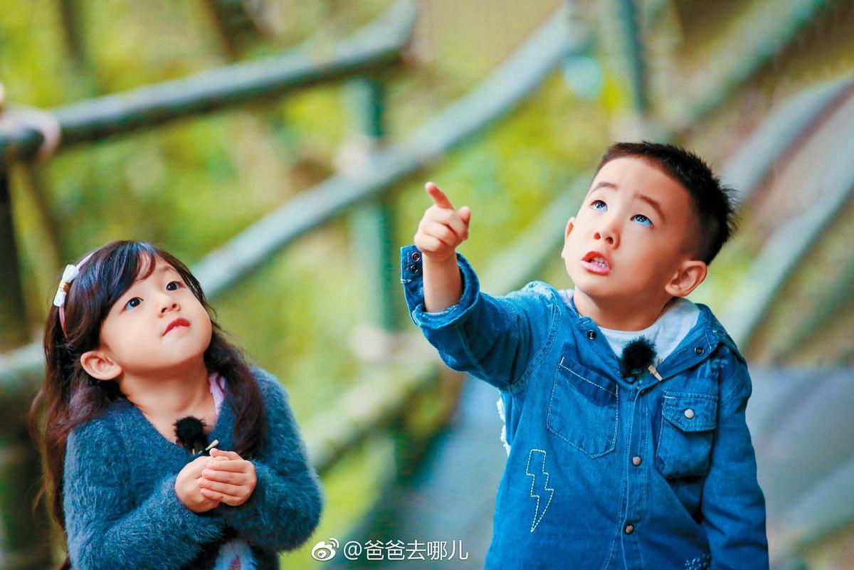 Jasper與劉畊宏的女兒小泡芙感情很好,兩小無猜超可愛。(翻攝自《爸爸去哪兒》微博)