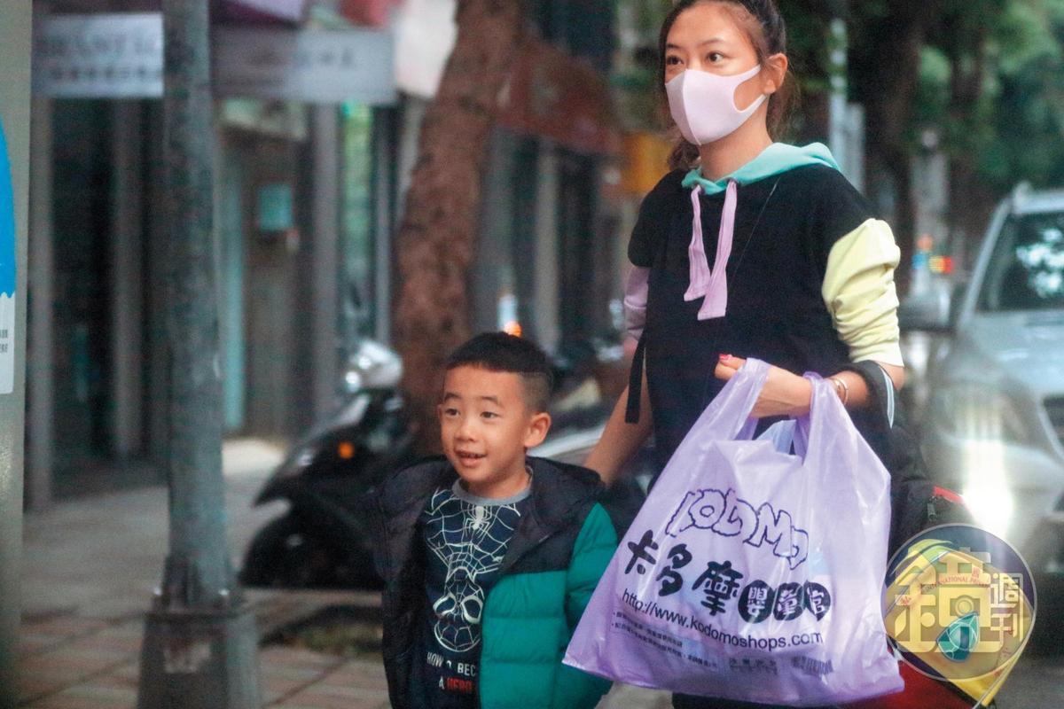 08:53,應采兒一身師奶造型,牽著6歲兒子Jasper來到安和路上的幼兒園上學。
