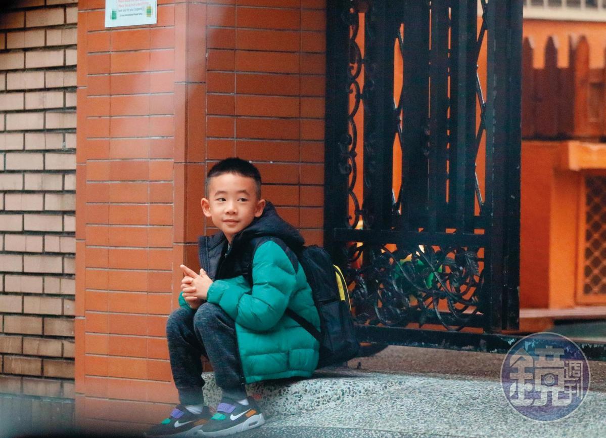 08:54,Jasper到了學校卻不進教室,隨興地坐在門口玩手指,貌似在等人。