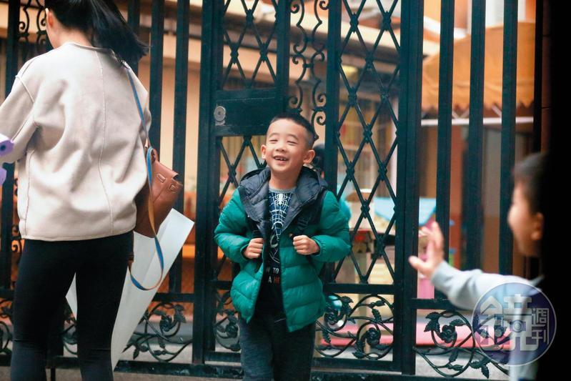 11月20日 09:02,見到好朋友來上學了,Jasper笑得超開心,立刻上前迎接。