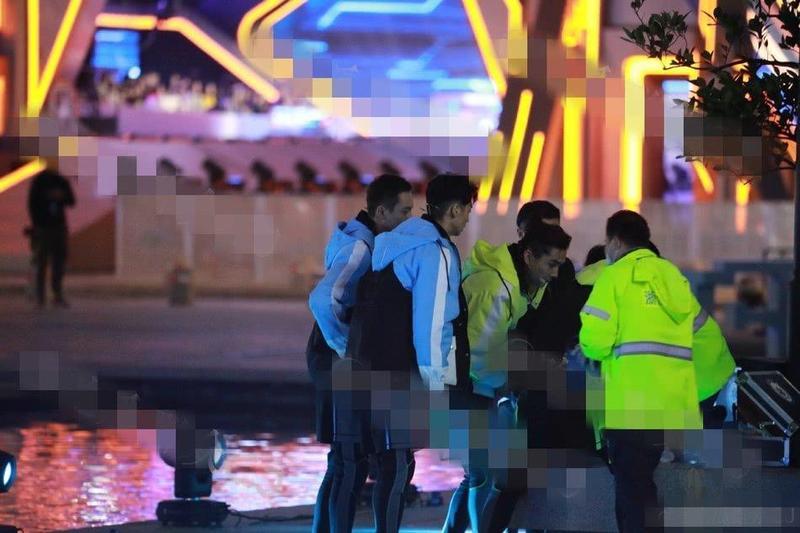 高以翔錄節目暈倒在現場接受急救照片流出,穿著藍色外套的黃景瑜(前)與陳偉霆(後)面露擔心。(網路圖片)