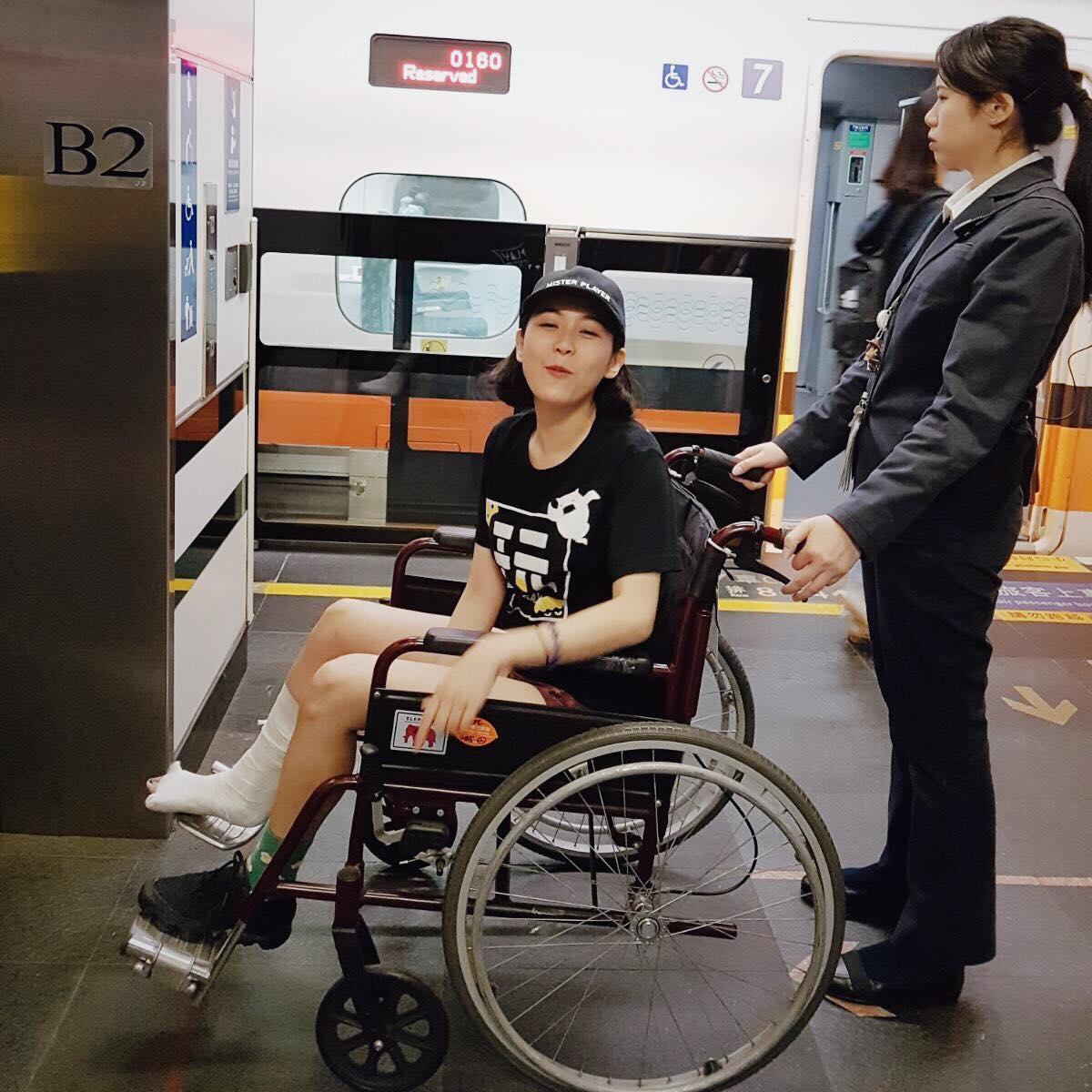 ALBEE在《綜藝玩很大》摔傷,造成嚴重骨折。(翻攝ALBEE臉書)