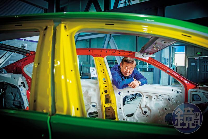 英利董事長林啟彬1991年遠赴哈爾濱設廠,花了二十多年打造出汽車零組件事業王國,目前中國每4輛車就有1輛車裝載著英利生產的零組件。