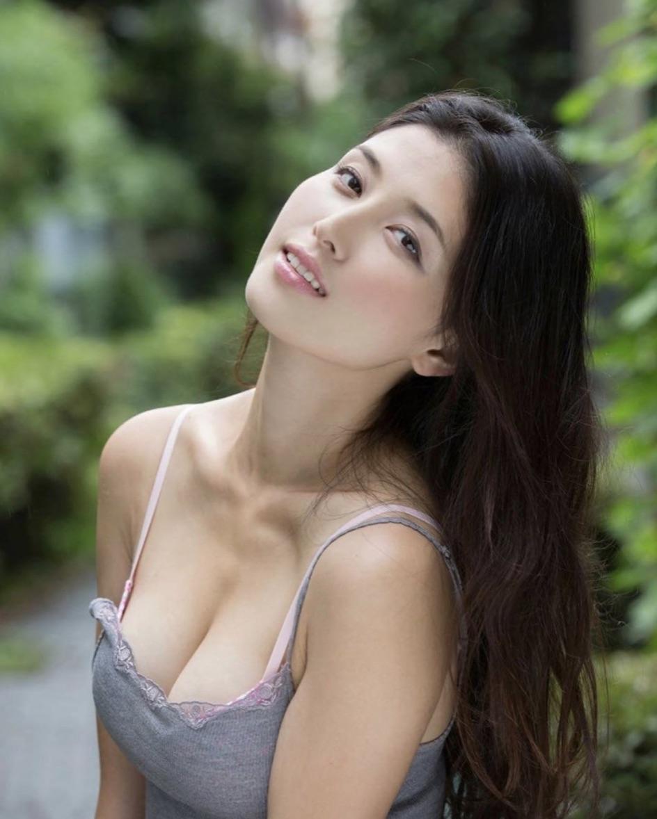 擁有豪乳的橋本愛實吸引許多粉絲,還曾有粉絲狂偷她的寫真集12本。(翻攝自IG)