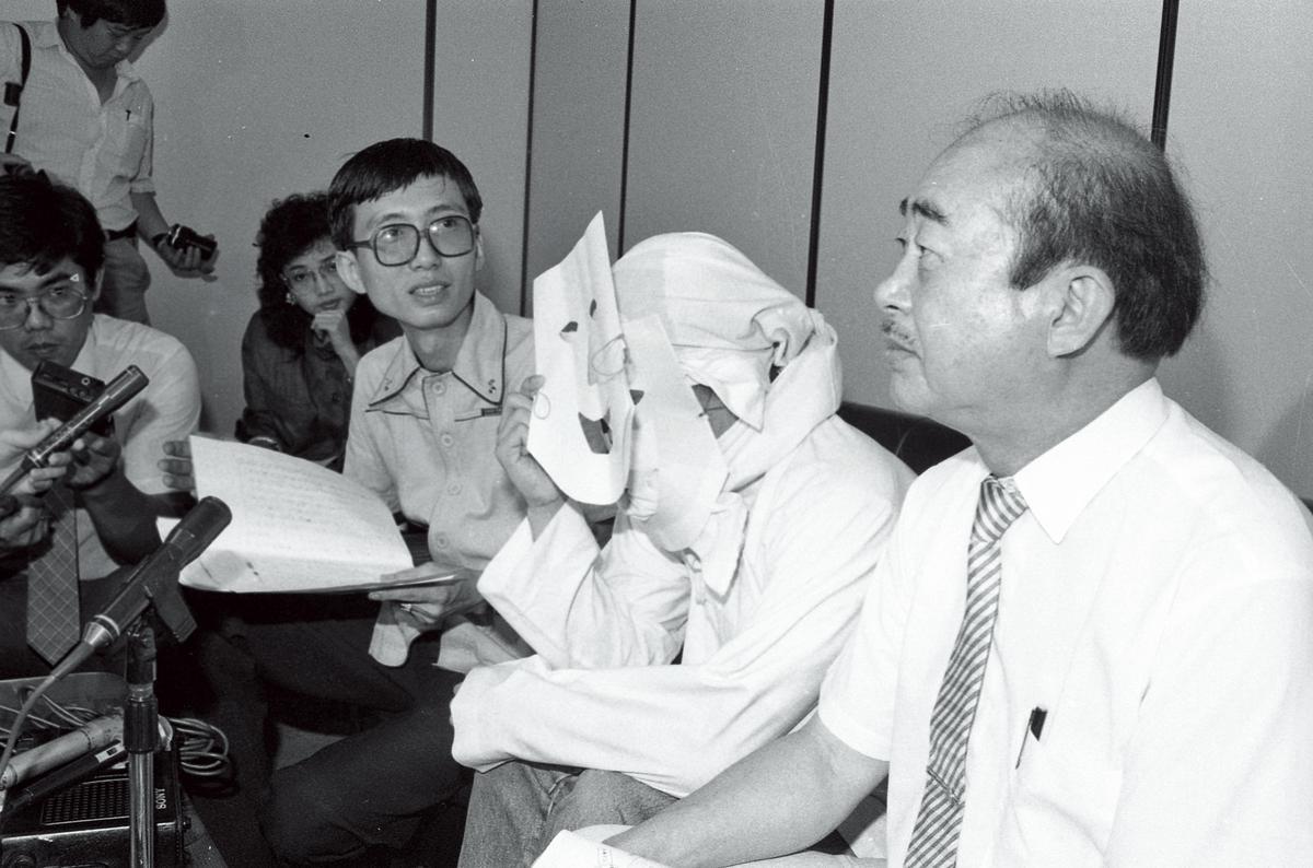 愛滋病汙名很早就開始了,1987年同志運動者祁家威(右3)邀請愛滋感染者(右2)現身呼籲防治愛滋,感染者在鏡頭前也需「全副武裝」。(聯合知識庫)