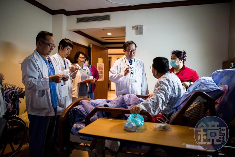 獲頒今年醫療奉獻獎的杜元坤是刀法精湛的骨外科名醫。