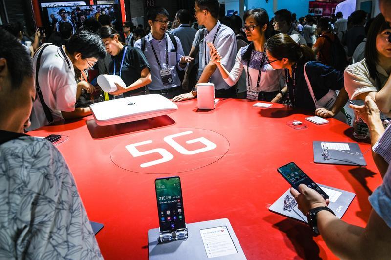 楊忠憲先從熱門題材著手,如每天新聞消息最多的5G概念股,會最先納入選股池。(東方IC)