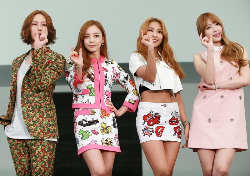 光鮮亮麗的韓國Kpop產業背後,偶像歌手們承受巨大的身心壓力。2015年KBS時尚節目《A Style For You》製作發布會。左起金希澈、具荷拉、尹寶拉、HaNi。(東方IC)