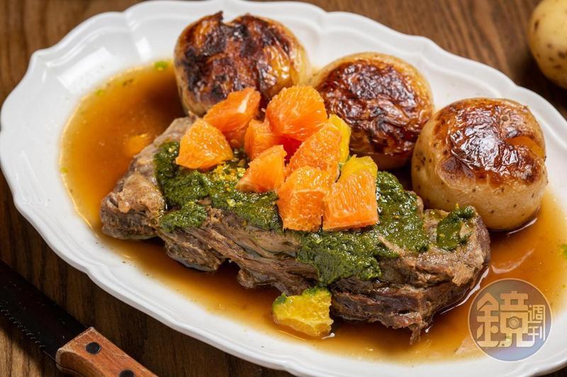 鄉村式的「燉台灣嘉義牛小排與煎烤馬鈴薯」,有一種家庭式料理的療癒感。(990元/份)