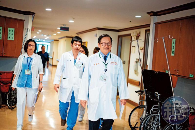 杜元坤(右)清晨六點半就率隊巡視病房。