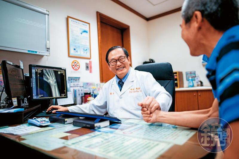 即使擔任院長,杜元坤依舊每週看診3天,且因為掛號永遠爆滿,他總是一看診便是一整天。
