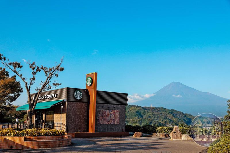 在日本東名高速公路的休息站裡,意外發現可看到富士山全貌的星巴克。