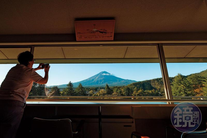 在「富士景觀飯店Fuji View Hotel」頂樓的觀景台,能一眼看盡富士山全景。