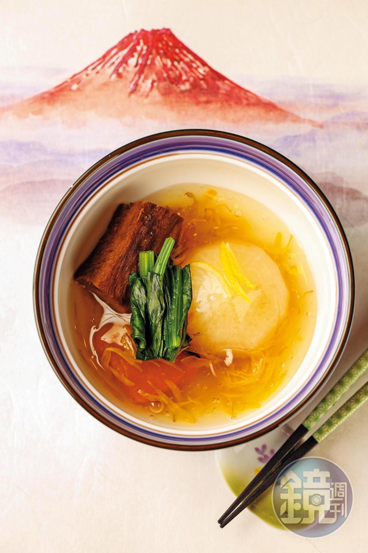 襯著葛飾北齋《凱風快晴》的赤富士餐紙的煮物,軟嫩入味。