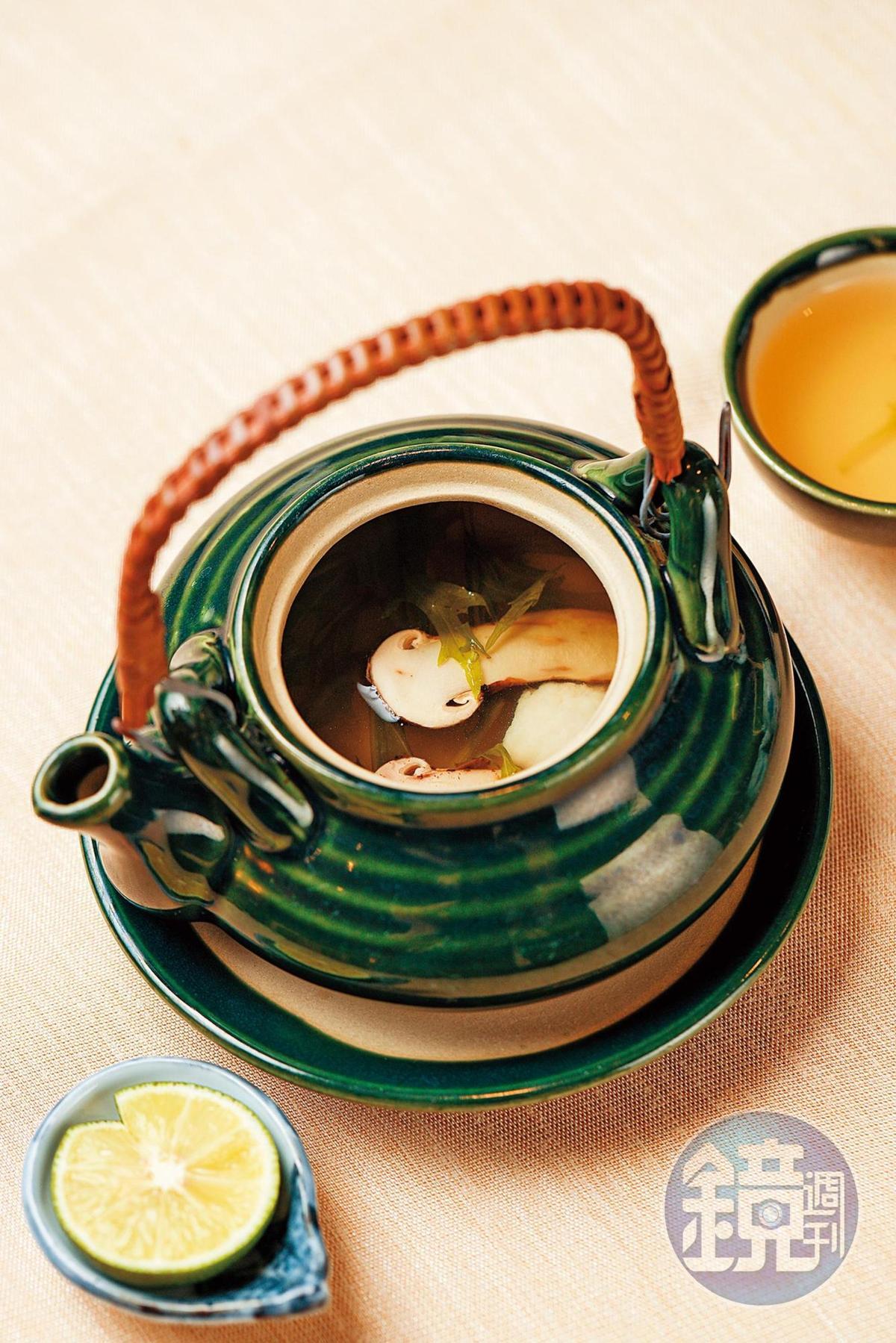 熱呼呼上桌的茶碗蒸裡有秋天才吃得到的松茸。