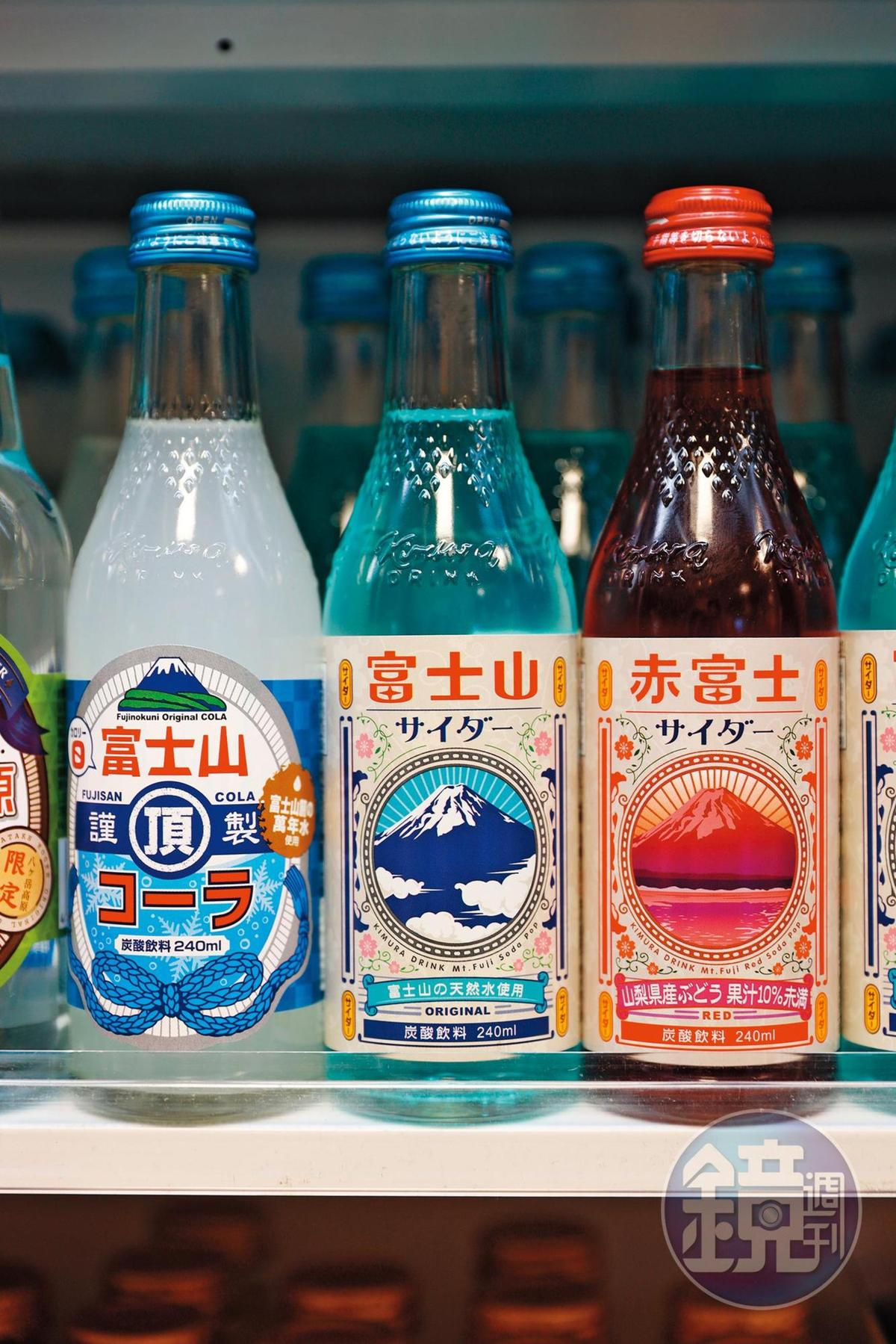 賣店裡有各式各樣貼著富士山標籤的本地飲品。(皆270日圓/瓶,約NT$76)