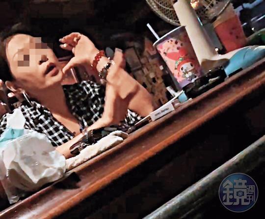 被害人上門理論,酒吧老闆娘(圖)神色自若、態度強硬。(讀者提供)