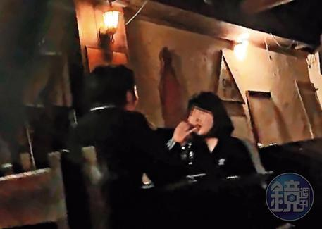 在航×酒吧內,經常可見男女喝酒聊天,這些女子身分令人起疑。(讀者提供)