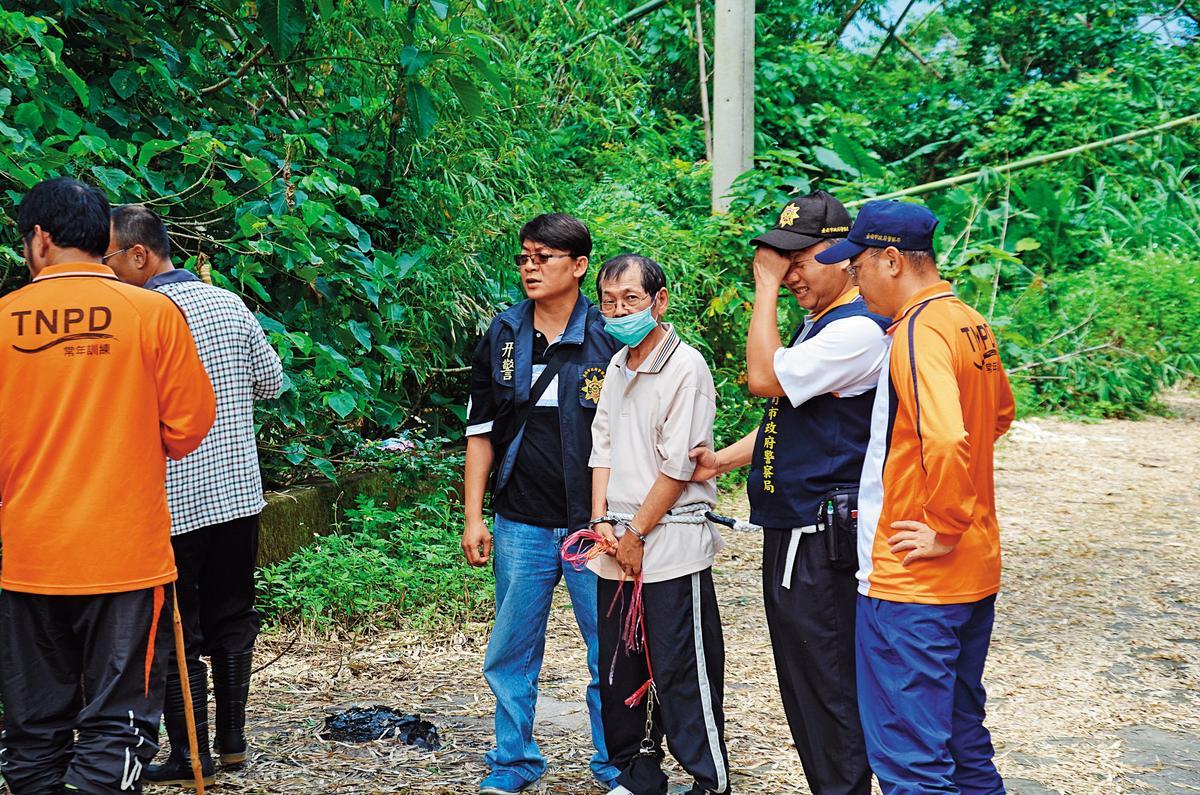 殺害同居人的凶手陳文釧,被警方帶回現場模擬。(翻攝畫面)