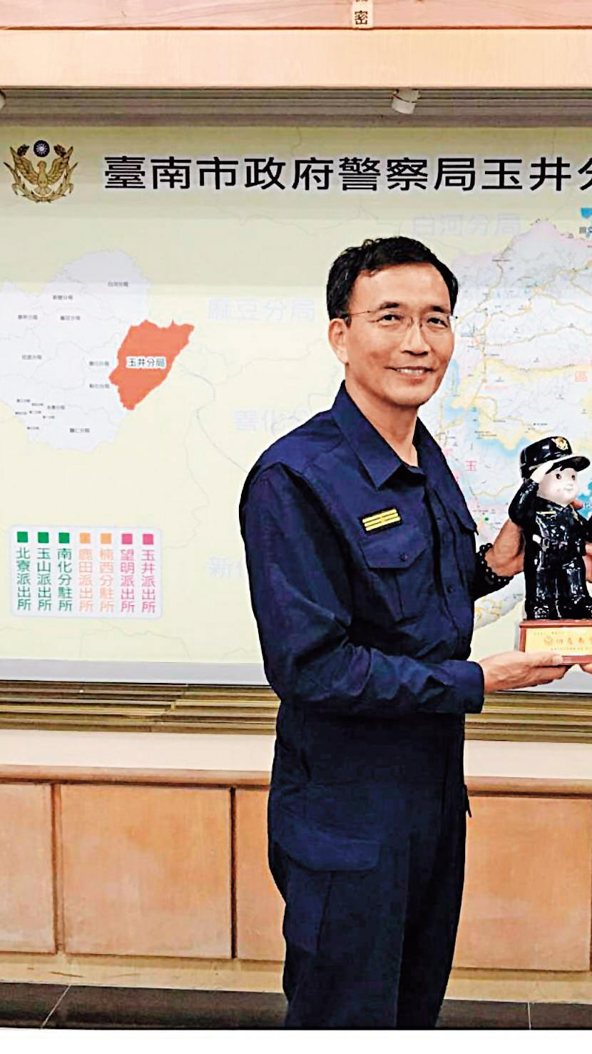 玉井分局長楊青垂親自參與情殺案的偵辦。(翻攝畫面)