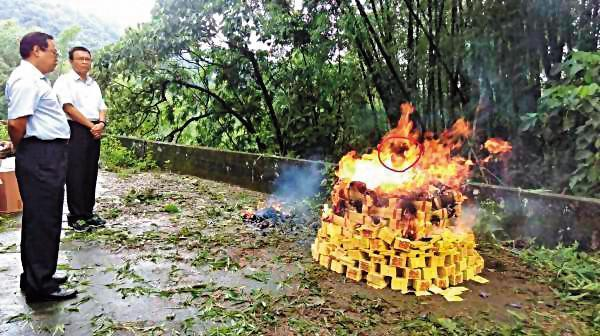 警方回現場祭拜亡靈,焚燒紙錢時,火焰中出現人臉(紅圈處)。(翻攝畫面)