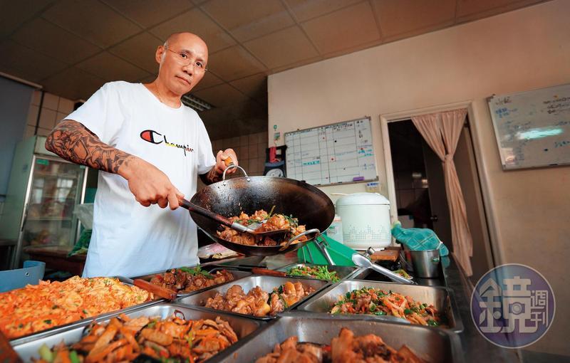 「阿草」陶永祥曾服刑20多年,出獄後洗心革面,開會客菜餐廳維生。