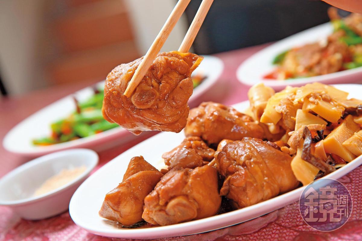 阿草會客菜的三杯雞最受客人青睞,全以小雞腿料理,口味家常,肉質滑嫩多汁。 (800元/2公斤)