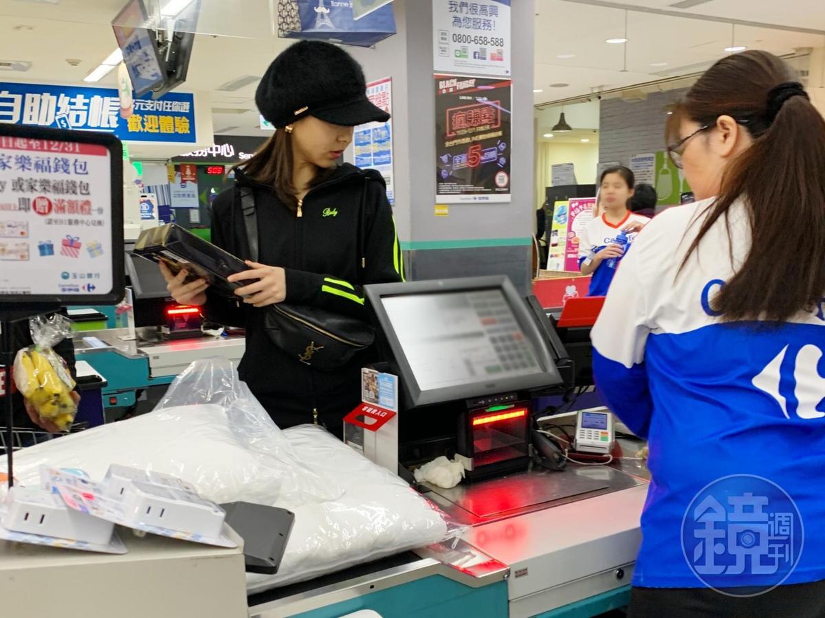 讀者在大賣場遇見前AV女優夏木安梨在採買日常用品,疑似定居台灣。(讀者提供)