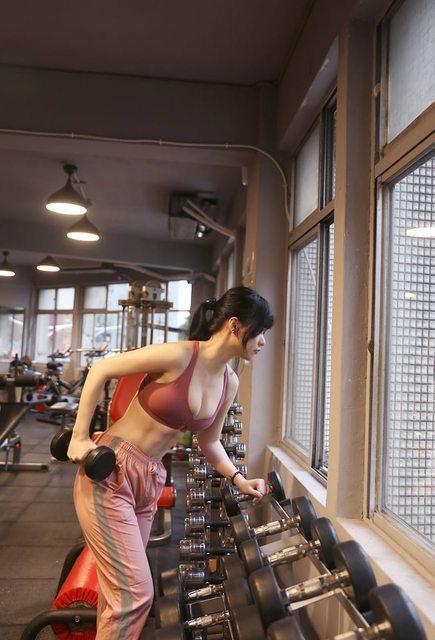 這位甜美的健身女孩就是「77涵」,在網路上有近6萬追蹤的高人氣。(翻攝PTT)
