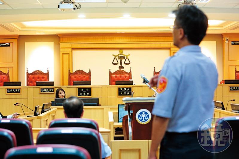 法警除了需在日間開庭時值勤,深夜還得安撫犯人、監看電子腳鐐,值班卻不被視為工時。