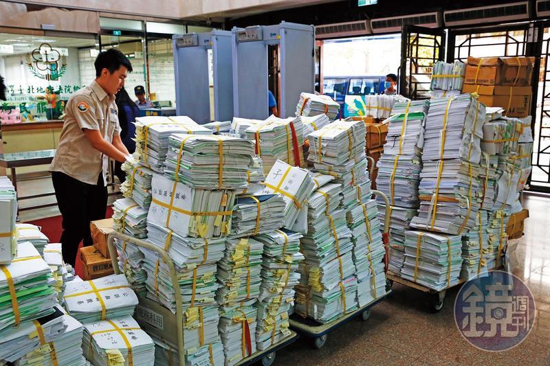 新進書記官每月手上會有上百件案子,從早忙到深夜11點才能下班。