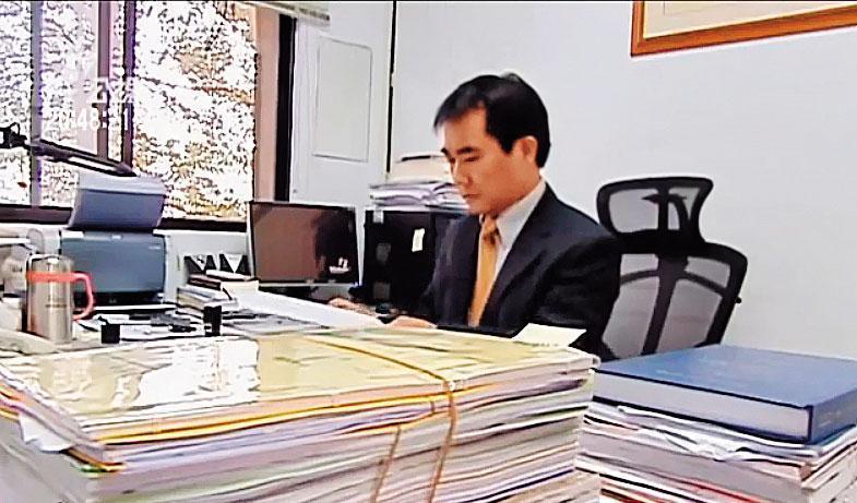 林在培曾接受電視台訪問提到,檢察官工作範圍很廣,「做多做少,常憑自己的良心。」(翻攝公視)