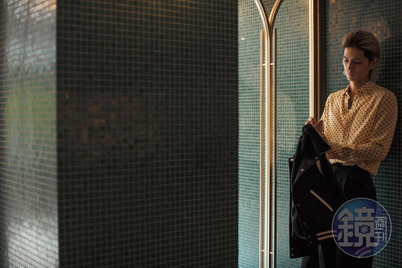 波點鵝黃色絲質襯衫 NT$41,000 深藍色泰迪外套 NT$66,000 白色背心 NT$14,500 All by CELINE 黑色長褲 私物