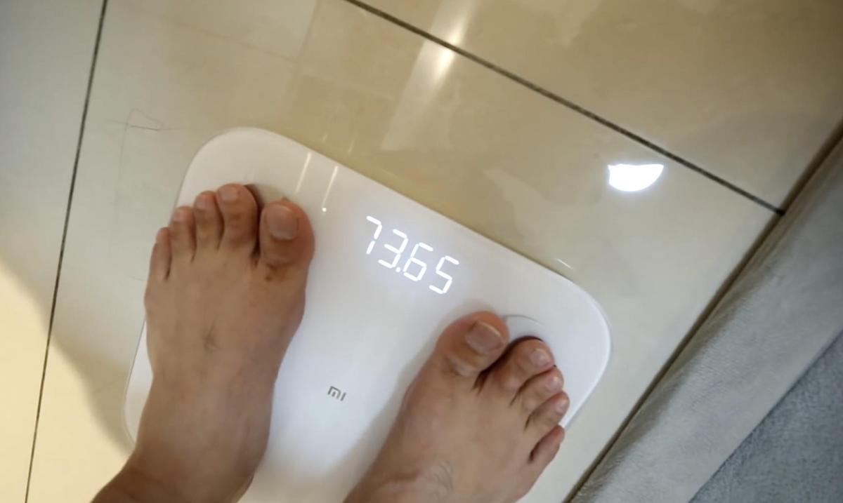 蔡阿嘎在實測前先量原本的體重,是73.65公斤左右。(翻攝七月半Youtube)