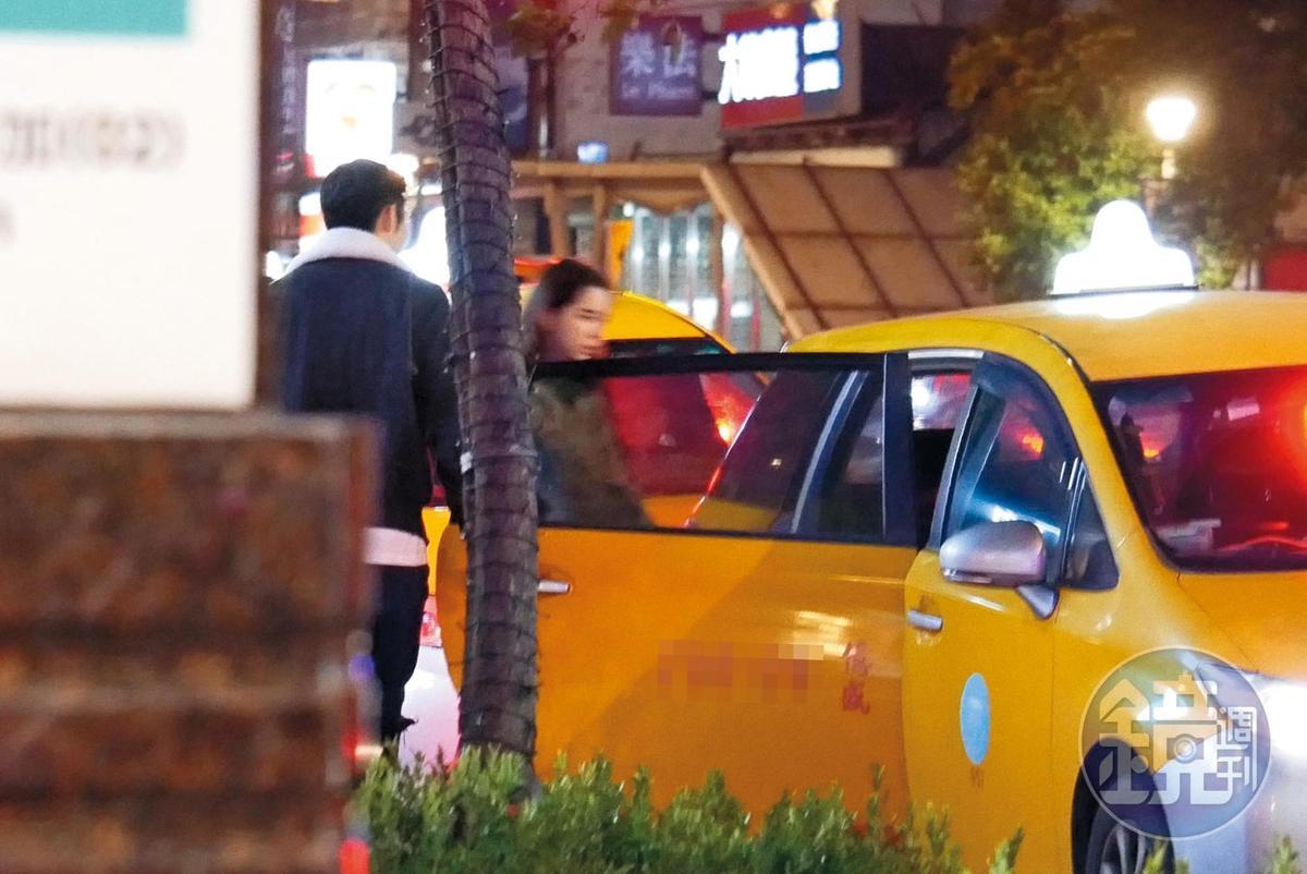 03:42 陳奕(左)帶著金凱德搭上門口排班計程車後,似乎發現有媒體跟拍。